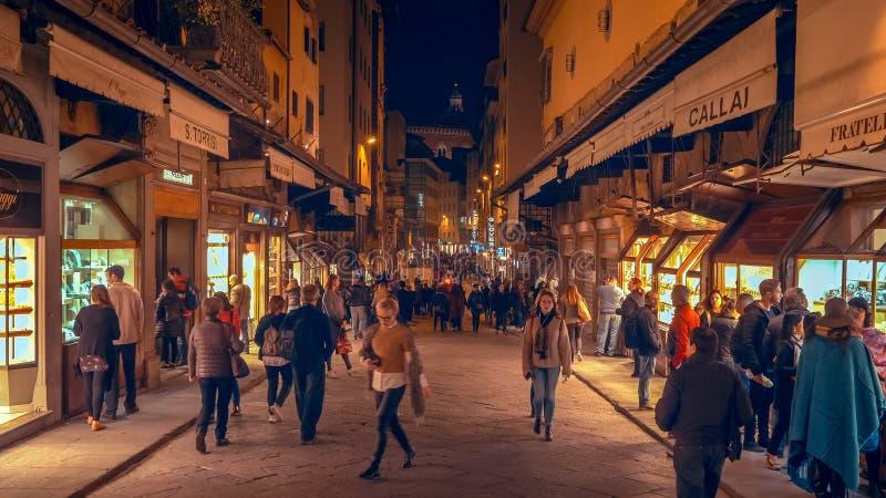 Ludzie na Florencja, Włochy miasto ulica przy nocą zdjęcia royalty free