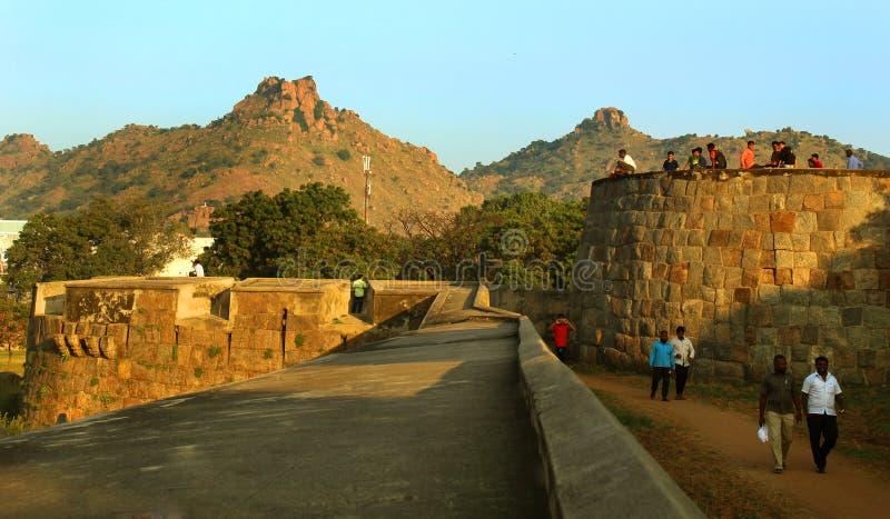 Ludzie na fortu battlement dużej ampuły ścianie przy vellore fortem z zmierzchem i obraz stock