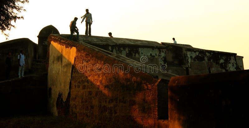 Ludzie na fortu battlement dużej ampuły ścianie przy vellore fortem z zmierzchem i obraz royalty free