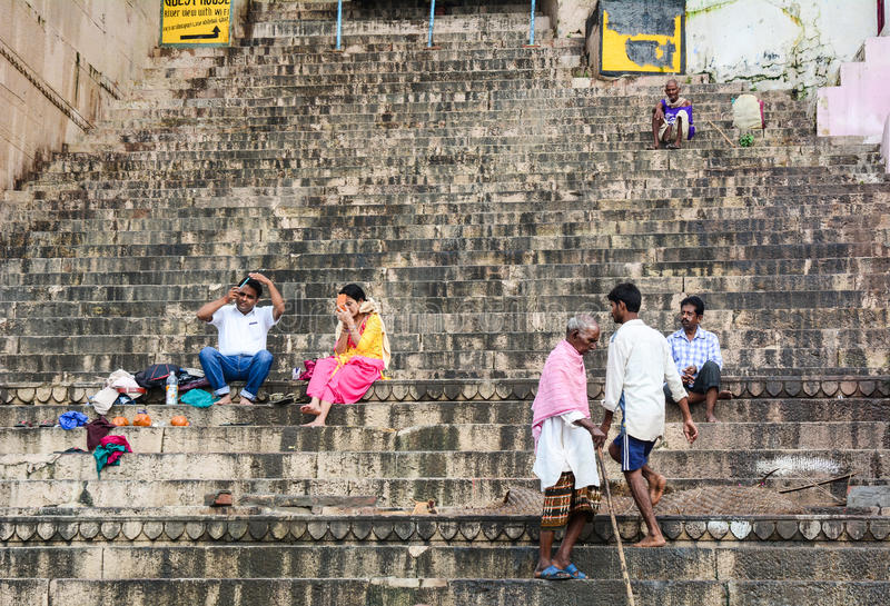 Ludzie na Ganges riverbank w Varanasi, India obraz stock