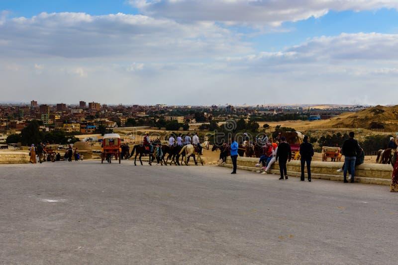 Ludzie na Giza plateau Widok na Kair mieście Egipt obraz royalty free
