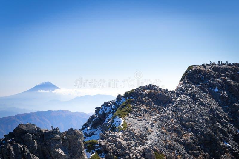 Ludzie na Kitadake szczytowym brać spoczynkowego i patrzeje Mt fuji obrazy royalty free