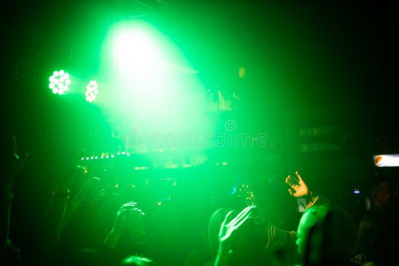 Ludzie na koncercie w świetle reflektorów koncert rockowy obraz stock