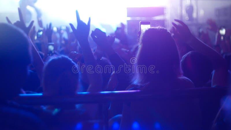 Ludzie na koncercie w klubie zdjęcia royalty free