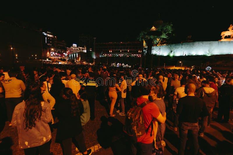 Ludzie na kwadracie w wieczór w Tbilisi, Gruzja zdjęcie royalty free