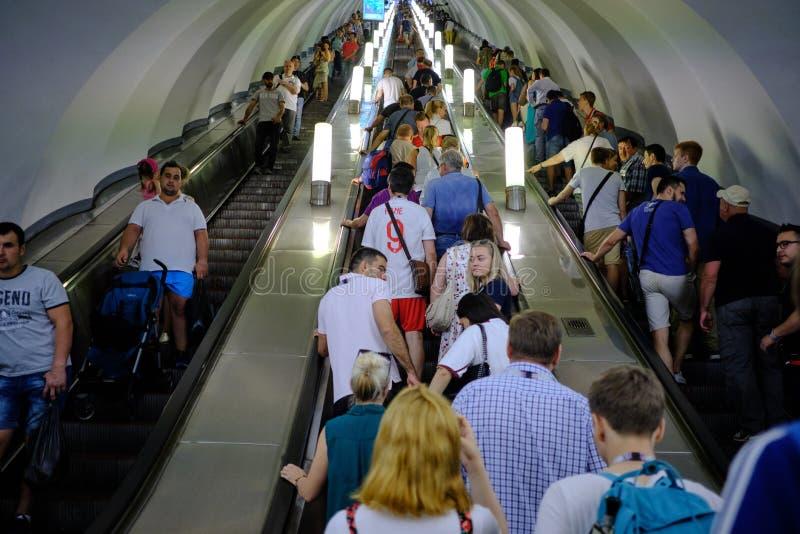 Ludzie na metro eskalatorze Sztuczny ?wiat?o Wewn?trzna stacja metru obraz royalty free