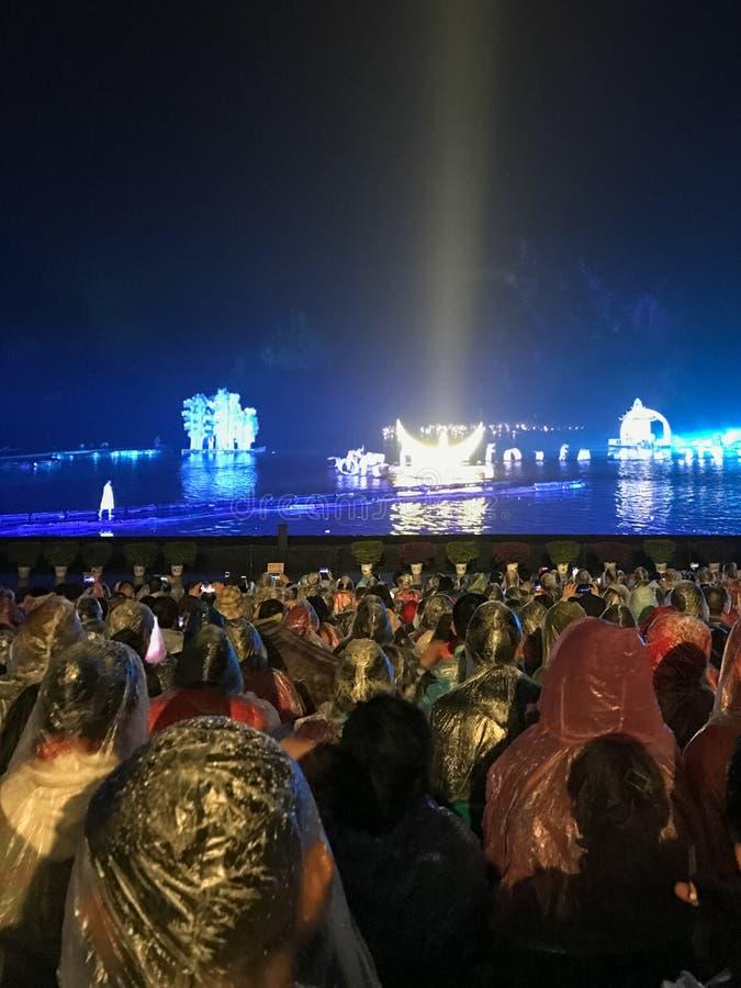 Ludzie na nocy świetle pokazują na Li rzece w Yangshuo zdjęcia royalty free