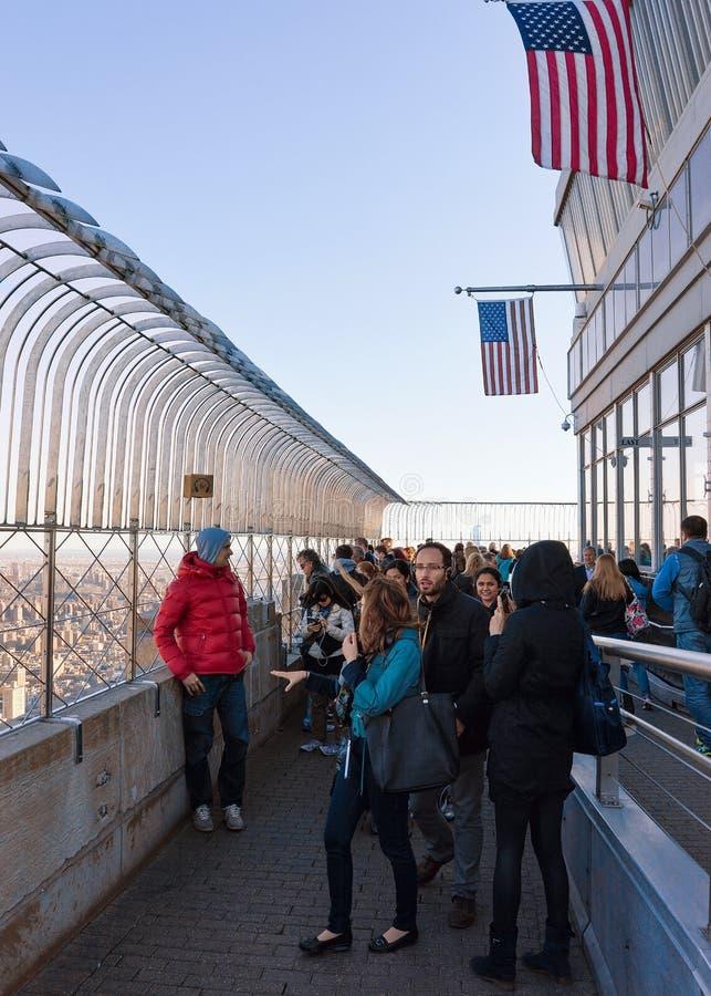 Ludzie na Obserwatorskim pokładzie empire state building NY zdjęcie royalty free