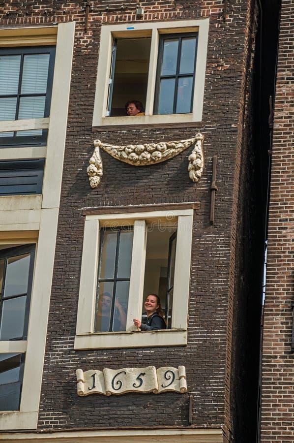Download Ludzie Na Okno Stary Ceglany Dom Z Pogodnym Niebieskim Niebem W Amsterdam Zdjęcie Editorial - Obraz złożonej z holender, malowniczy: 106900411