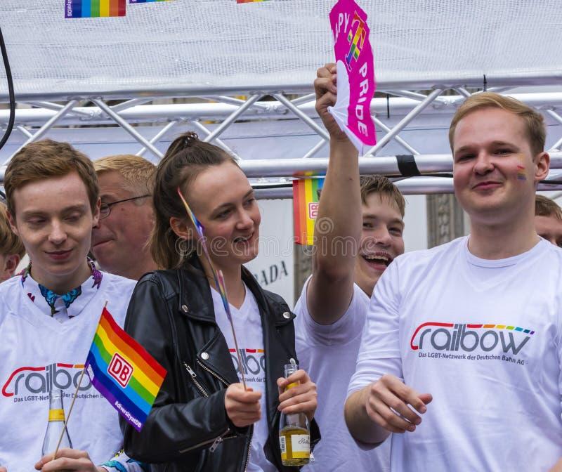 2019: Ludzie na pływakowy śmiać się i rozweselać przy Gay Pride paradą także znać jako Christopher dnia Uliczny CSD w Monachium zdjęcie royalty free