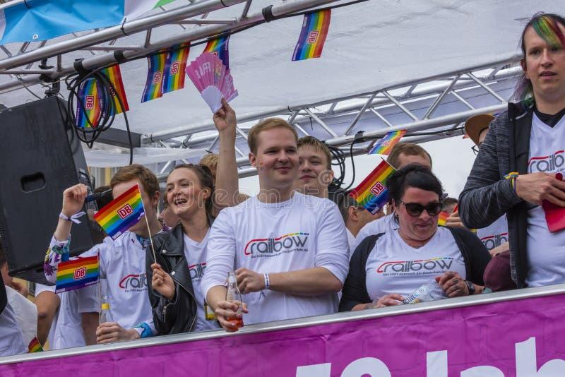 2019: Ludzie na pływakowy śmiać się i rozweselać przy Gay Pride paradą także znać jako Christopher dnia Uliczny CSD w Monachium fotografia royalty free