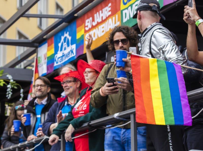 2019: Ludzie na pływakowym dopingu i uczęszczać Gay Pride paradę także znać jako Christopher dnia Uliczny CSD w Monachium, Niemcy zdjęcie royalty free