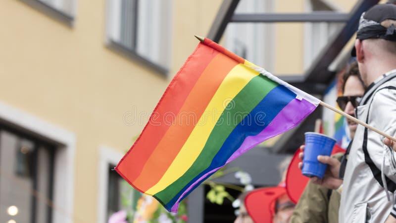 2019: Ludzie na pływakowym dopingu i uczęszczać Gay Pride paradę także znać jako Christopher dnia Uliczny CSD w Monachium, Niemcy fotografia royalty free