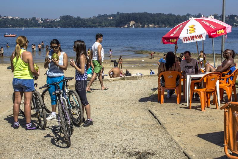 Ludzie na Parkowym Praia robią zolowi na bankach Guarapiranga tama fotografia stock