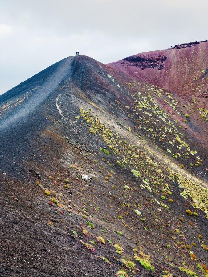 Ludzie na pasmie między kraterami na górze Etna fotografia stock