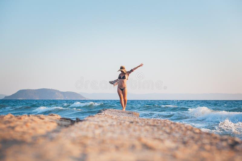 ludzie na plaży odprężające young obraz royalty free
