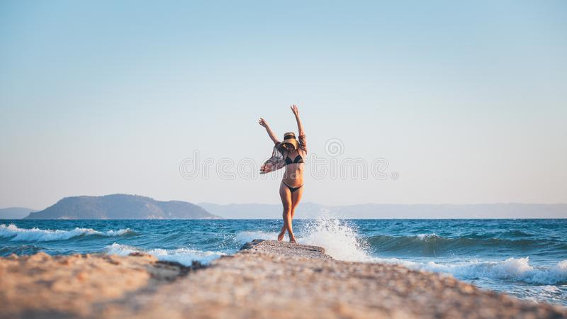 ludzie na plaży odprężające young obrazy royalty free
