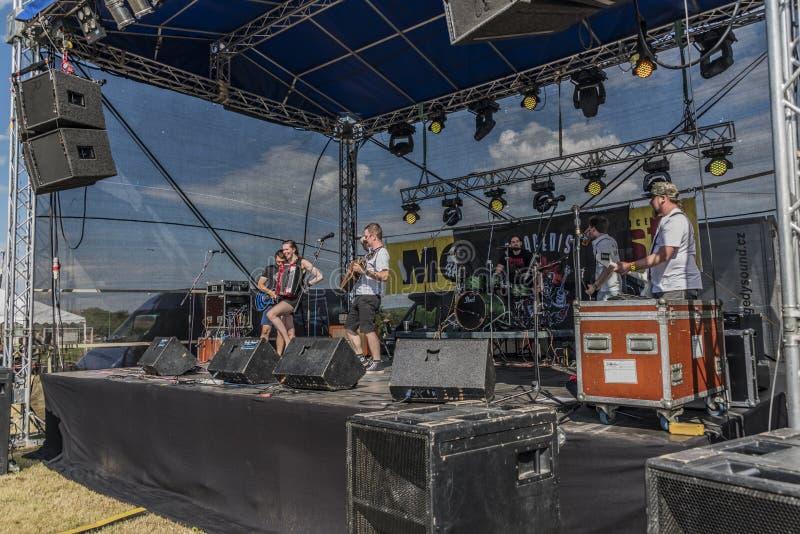 Ludzie na scenie na festiwalu muzyki fotografia royalty free