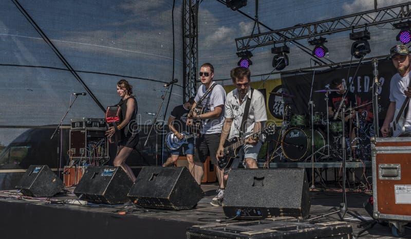 Ludzie na scenie na festiwalu muzyki zdjęcia royalty free