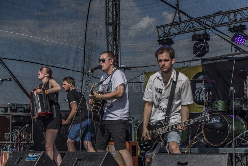 Ludzie na scenie na festiwalu muzyki zdjęcie stock