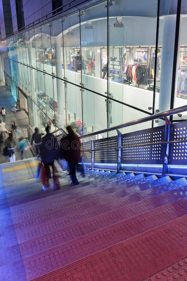 Ludzie na schody obok zakupy centrum handlowego, Xidan handlowy teren przy nocą, Pekin, Chiny obraz royalty free