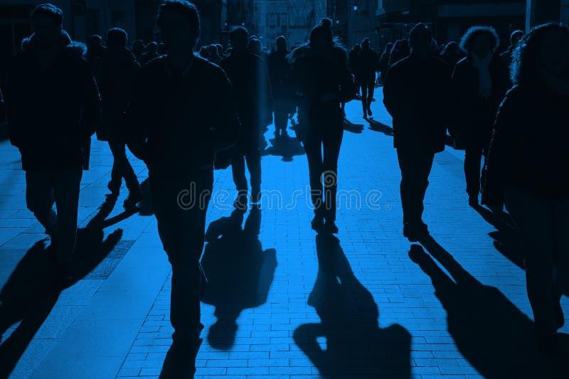 Ludzie na ulicie Miastowy tłum w błękitnym brzmieniu zdjęcia stock