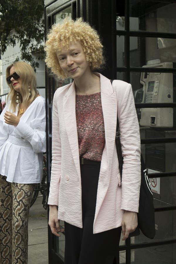 Ludzie na ulicie podczas Londyńskiego moda tygodnia zdjęcie stock
