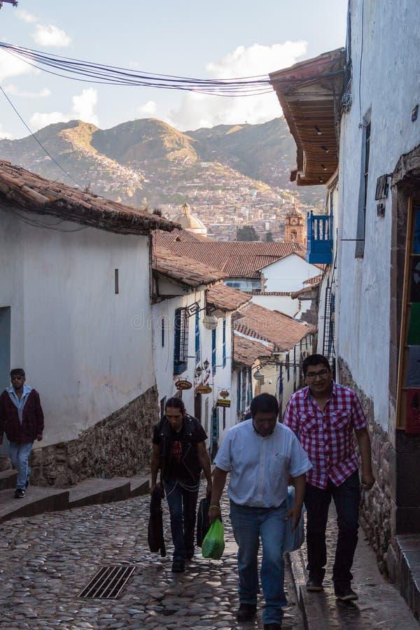 Ludzie na ulicie w centrum Cuzco obrazy royalty free