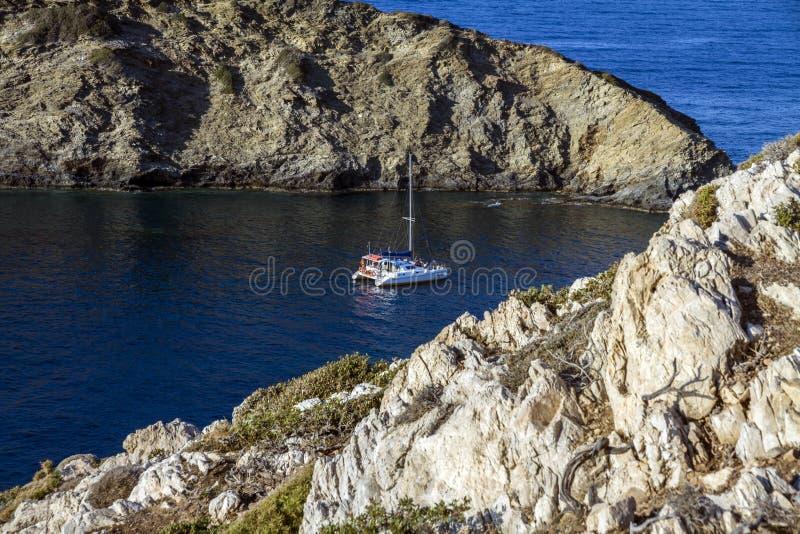 Ludzie na urlopowy wiszącym out i relaksujący na Motorowej łodzi jachcie obraz stock