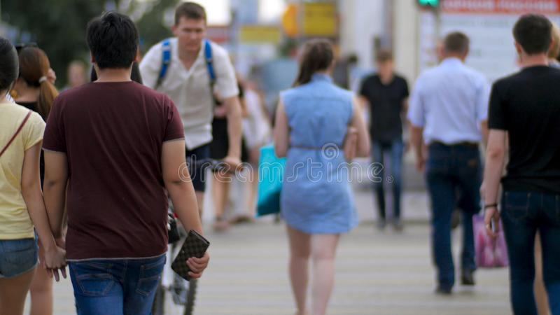 Ludzie na zebry ulicy skrzyżowaniu Pedestrians w nowożytnej miasto ulicie Ludzie krzyżują skrzyżowanie plecy widok obraz stock