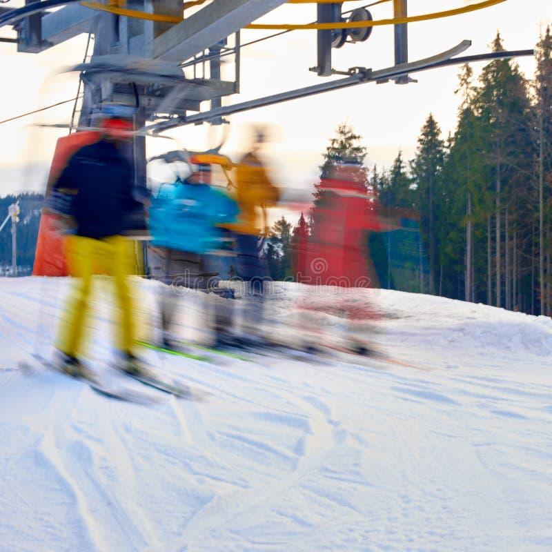 Ludzie narciarstwa od narciarskiego dźwignięcia zdjęcie royalty free