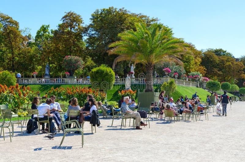 Ludzie odpoczywają w sławnym Luksemburg ogródzie na pogodnym Września dniu, Paryż, Francja fotografia royalty free