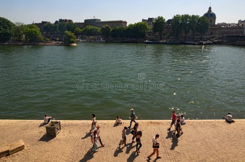 Ludzie odpoczywają na bankach rzeczny wonton Koloru pejzażu miejskiego plenerowa Paryska fotografia piękny niebieskiego nieba jas obrazy royalty free