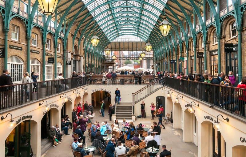 Ludzie odwiedza Covent ogródu Apple rynek, są dużym przyciąganiem dla restauracj, pubów, rynków kramów i sklepu w Londyn swój, obraz stock