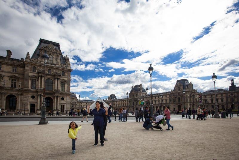 Ludzie odwiedza Musee Du Louvre znaczenia louvre muzeum fotografia stock