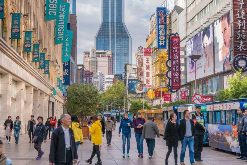 Ludzie odwiedza Nanjing zakupy Drogową ulicę w Szanghaj fotografia royalty free
