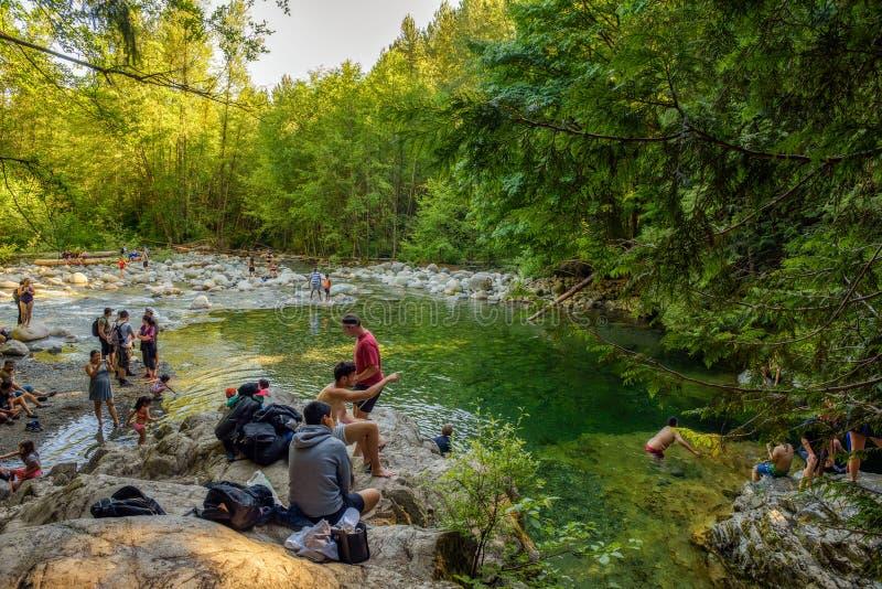 Ludzie odwiedza 30 Nożnego basenu w Lynn jaru parku w Północnym Vancouver obraz royalty free
