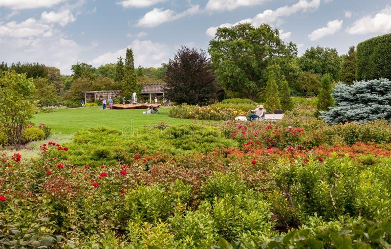 Ludzie odwiedza ogród różanego z Różaną płatek fontanną przy Chicagowskim ogródem botanicznym, Glencoe, Illinois, usa zdjęcie stock
