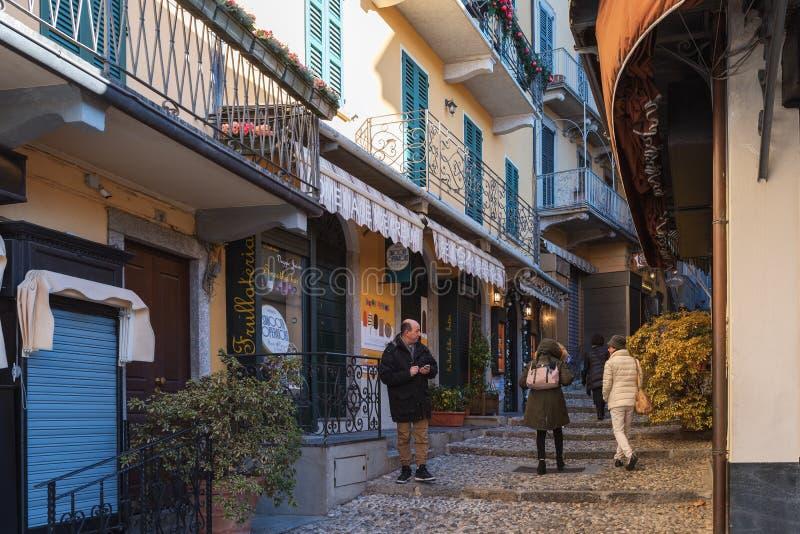 Ludzie odwiedza wąskie ulicy z otoczak drogami w dziejowym centrum miasto obrazy stock