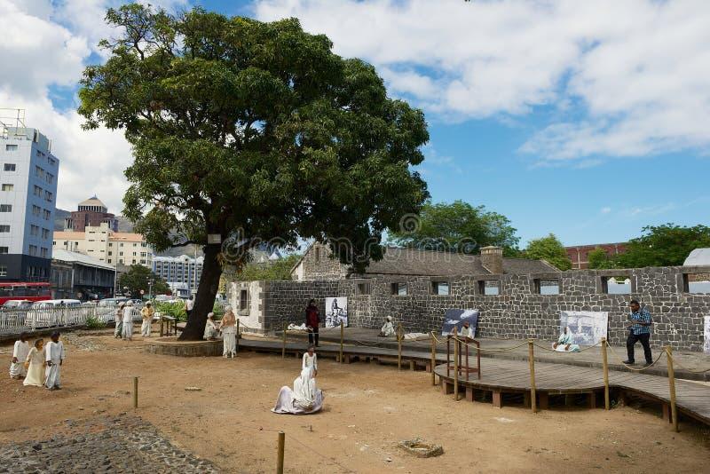 Ludzie odwiedzają Aapravasi Ghat historycznej Imigracyjnej zajezdni budynku kolonialny kompleks w Portowym Louis, Mauritius zdjęcie stock