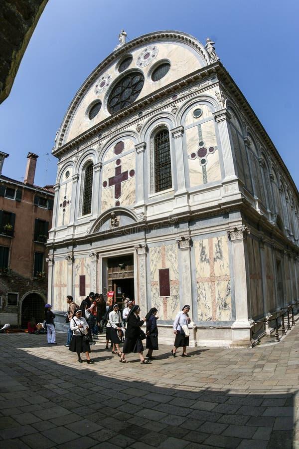 Ludzie odwiedzają Kościelnego Santa Maria dei Miracoli, Wenecja, Włochy obrazy stock