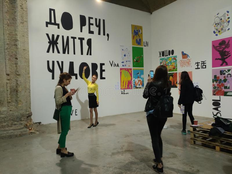 Ludzie odwiedzają książki wystawę w arsenału muzeum w Kijów i sztukę zdjęcia stock