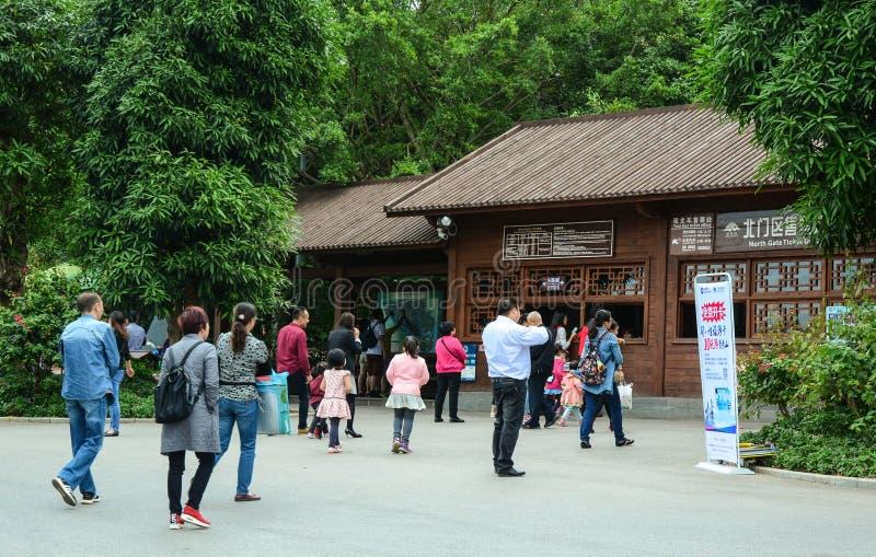 Ludzie odwiedzają ogród botanicznego w Nanning, Chiny obraz stock