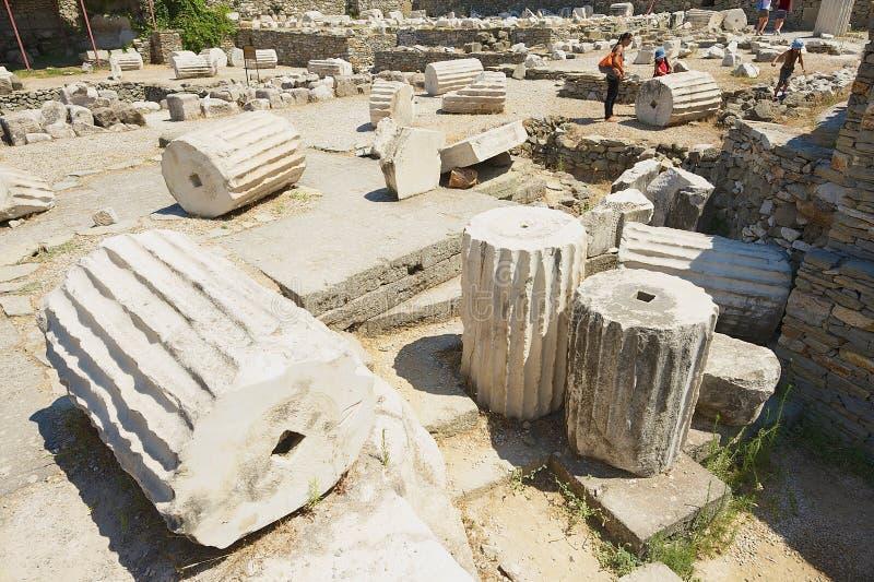 Ludzie odwiedzają ruiny mauzoleum Mausolus, jeden Siedem cudów antyczny świat w Bodrum, Turcja fotografia stock