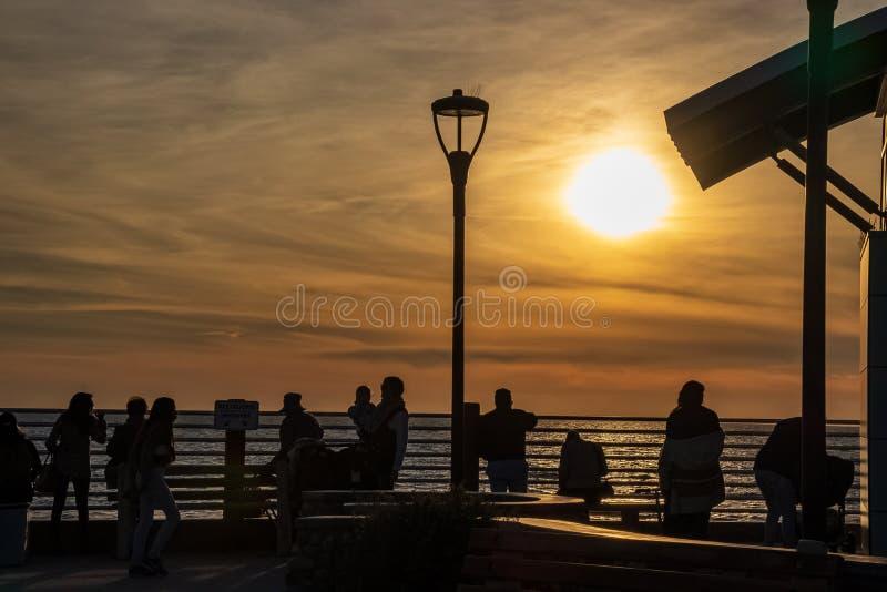 Ludzie oglądają zmierzch nad oceanem spokojnym przy losu angeles Jolla plażą obrazy stock