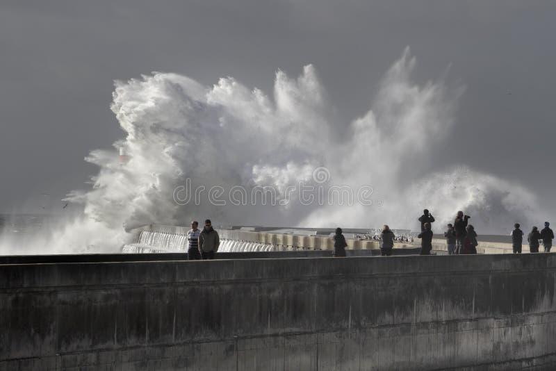 Ludzie ogląda denną burzę obrazy royalty free