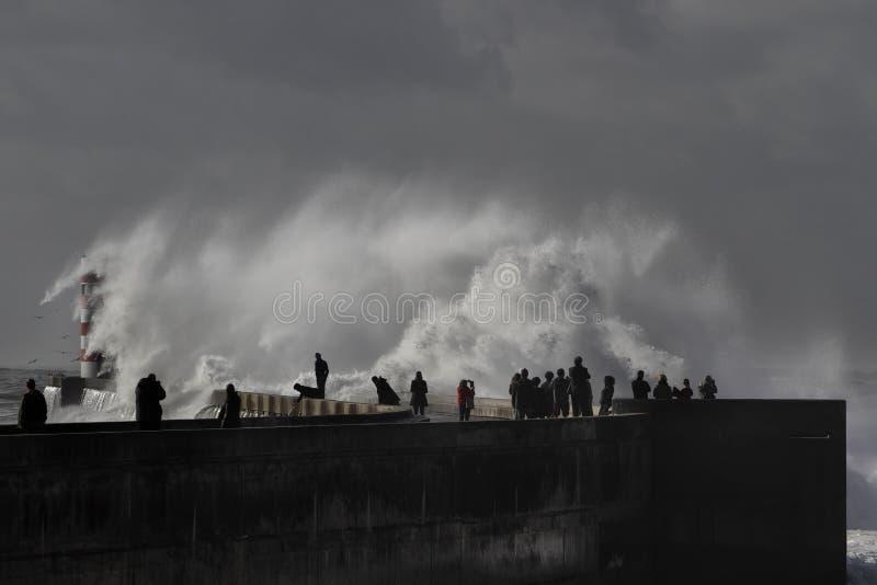 Ludzie ogląda denną burzę zdjęcia stock