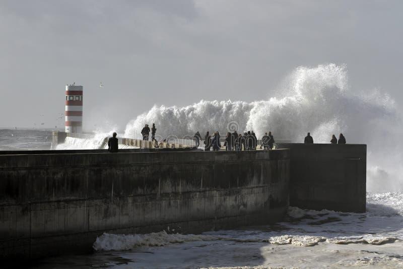 Ludzie ogląda denną burzę fotografia stock