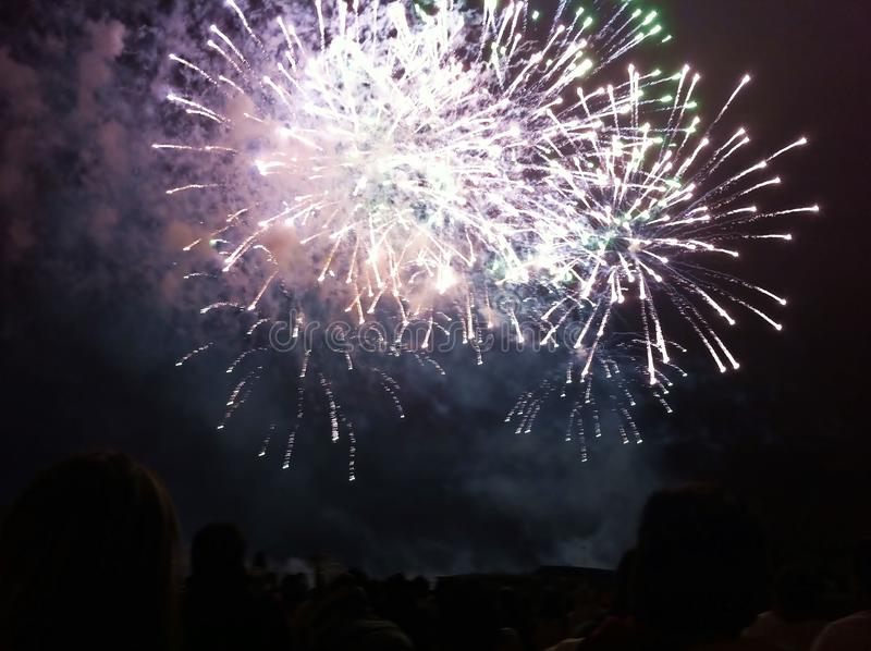 Ludzie ogląda fajerwerki w sumer nocy w festiwalu San Fermín, Pamplona, Navarra, Hiszpania obraz stock