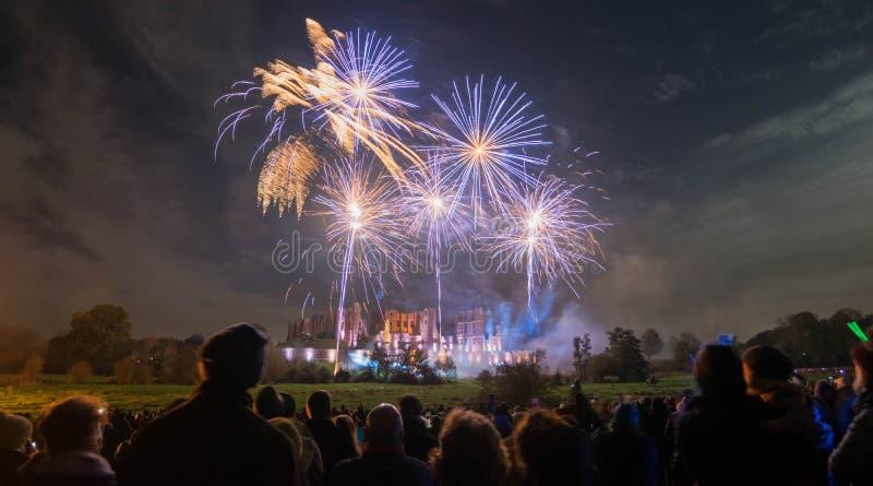 Ludzie ogląda fajerwerku pokazu przy ogniskiem 4th Listopadu świętowanie, Kenilworth kasztel, zlany królestwo zdjęcia stock